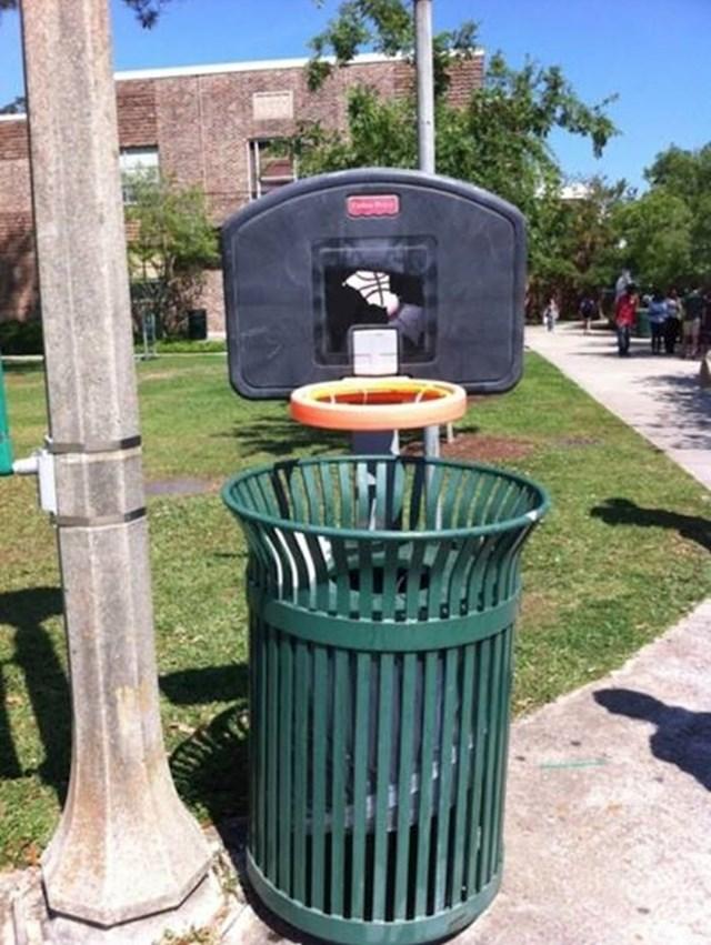 Ljudi će se više truditi bacati smeće u kantu ako iznad nje stavite mali koš. :)