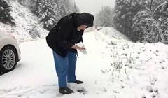 101-godišnja starica je zamolila sina da zaustavi auto na snijegu, a onda se dogodilo nešto prekrasno