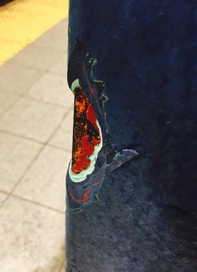 Slojevi boje na jednom stupu u njujorškom metrou