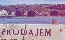 Turist je na moru naišao na ploču s natpisom kojeg je morao podijeliti na internetu