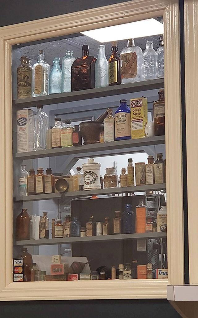 """""""Naša lokalna apoteka ima kolekciju lijekova koji su se koristili u prošlosti."""""""
