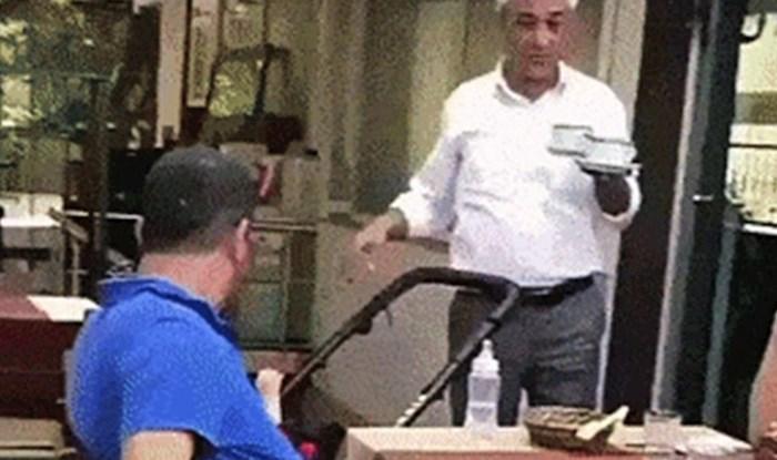 Stari konobar se odlučio našaliti s gostima, doživjeli su šok kad im se približio