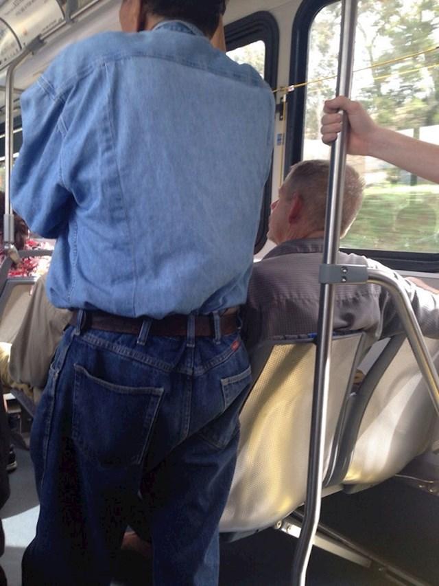 """""""Gospodin"""" koji sjedi nije se htio pomaknuti na drugo sjedalo da i drugi mogu sjesti..."""