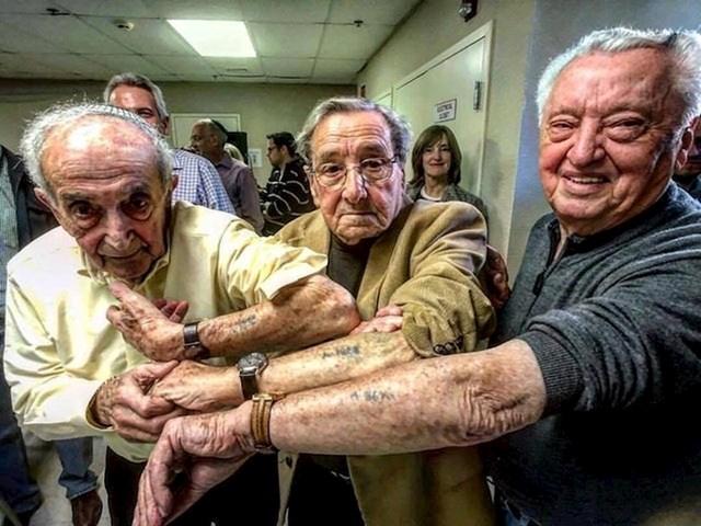 Preživjeli iz Auschwitza sastali su se 72 godine kasnije i usporedili tetovaže.