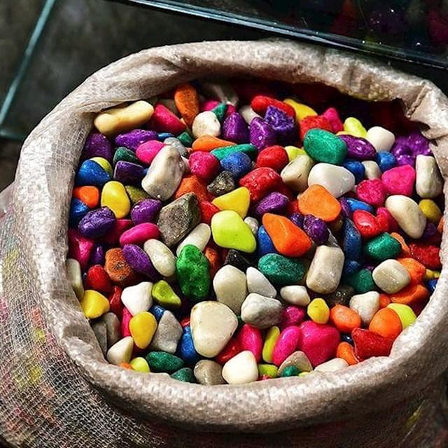 Šareni kamenčići koji izgledaju kao bomboni...