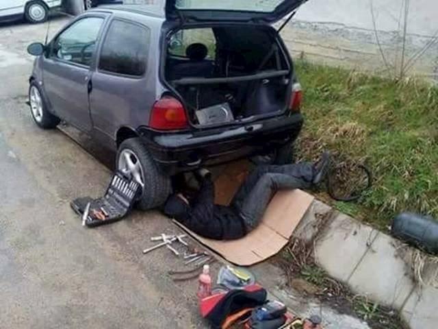 Našao je idealno mjesto za popravak auta.