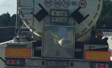 Vozač je na autocesti ugledao cisternu koja ga je nasmijala, evo što je pisalo na njoj