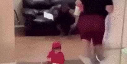 Tata je primijetio da je beba u opasnosti, uslijedilo je spektakularno spašavanje