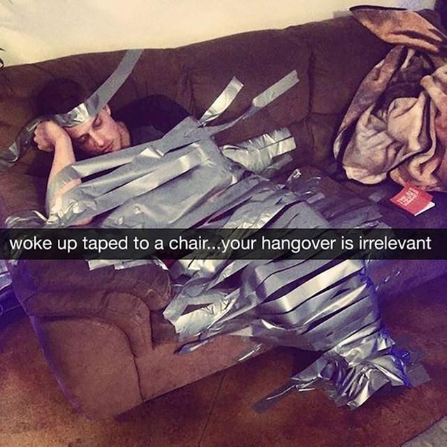Što učiniti kad se probudiš zalijepljen za kauč?