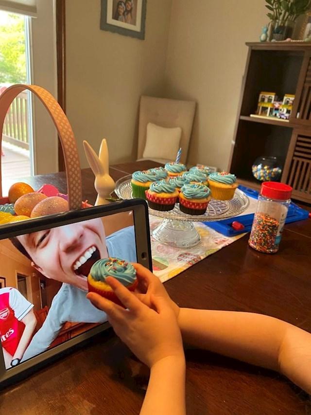 """""""Kćerkica je hranila mog brata kad je imao svoj online rođendanski party."""""""