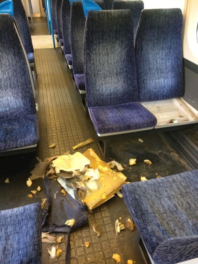 """Putnik je dopustio svome psu da se malo """"igra"""" sa sjedalom."""