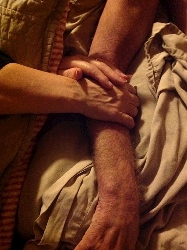 """""""Mama drži ruku mog tate prije nego što je preminuo."""""""