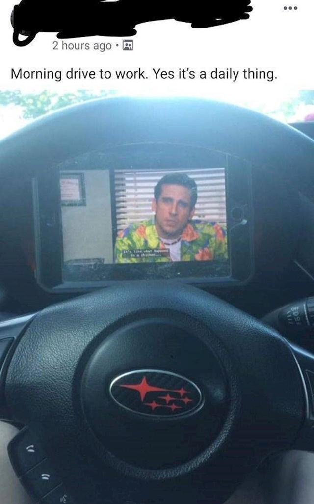 Stavio je mobitel pred volan i nije imao pojma koliko brzo vozi, važnije je gledati film na putu do posla...