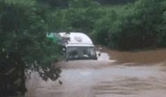 Voda je poplavila sve puteve, a onda su ugledali vozača kamiona koji nikako nije htio odustati