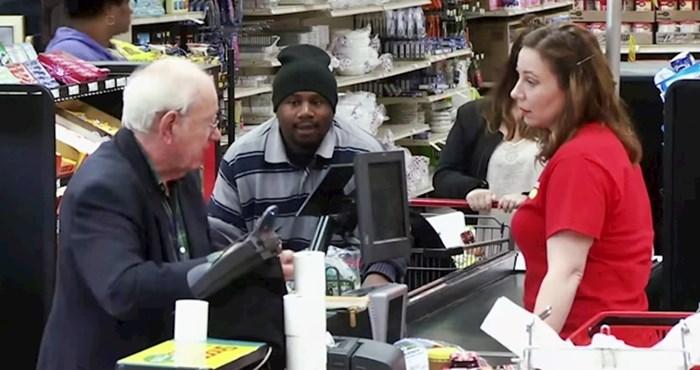 VIDEO Blagajnica je omalovažavala starijeg gospodina koji je plaćao kovanicama, pogledajte kako su ostali kupci reagirali