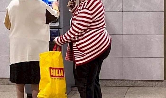 Internet se smije fotki žena koje su išle na bankomat, pogledajte kako su se štitile od lopova