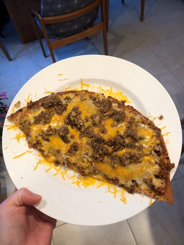 """Danas sam za večeru napravila pizzu s tikvicama, a gore sam stavila umak za špagete, sir i mljeveno meso koje mi je ostalo u hladnjaku. :D"""