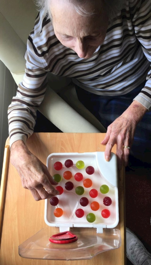 """Jedan mladić je izmislio """"vodu koja se može jesti"""" kako bi pomogao pacijentima s demencijom da ostanu hidrirani."""