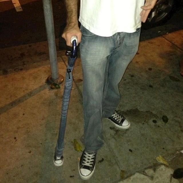 Morate priznati da ovaj lik ima zanimljiv štap za hodanje.