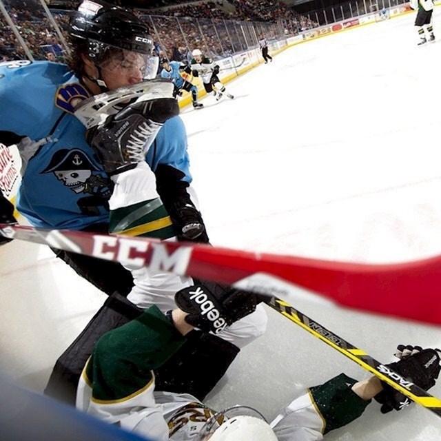 Zbog ovakvih stvari samo hrabri ljudi igraju hokej na ledu.