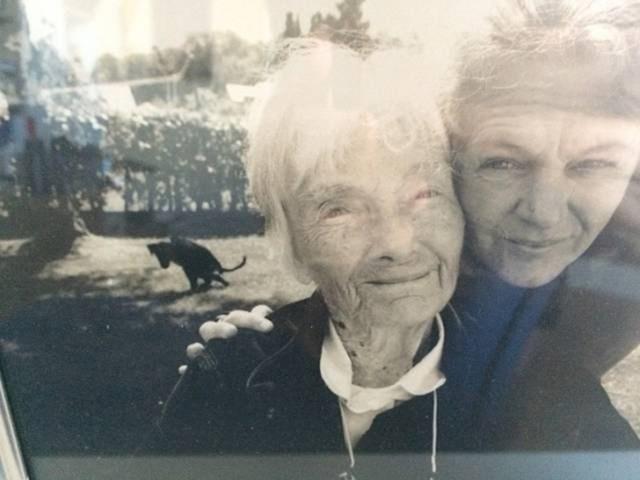 """""""Ovo je stara fotografija bake i moje mame. U pozadini je pas koji je odlučio baš u tom trenutku obaviti nuždu."""""""