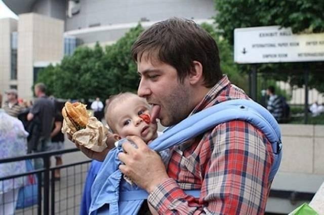 Ketchup mu je kapnuo na bebu pa ju je htio očistiti.