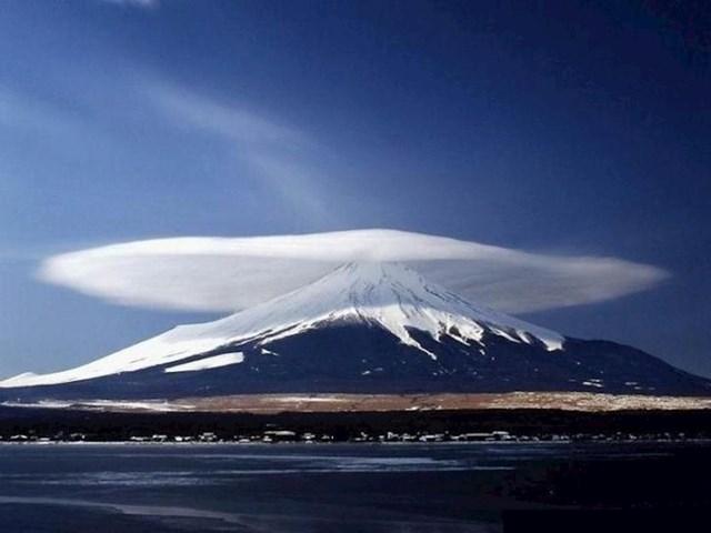 Ovako izgleda lentikularni oblak iznad japanske vulkanske planine Fuji.