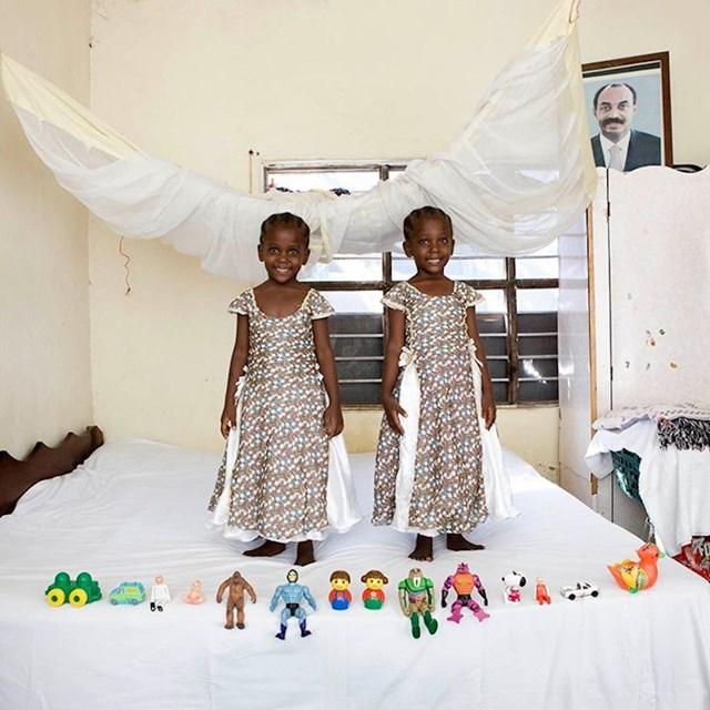 Fotograf je slikao djecu iz svih krajeva svijeta i otkrio koje su njihove omiljene igračke. Ovo je slika iz Zanzibara. 🙂