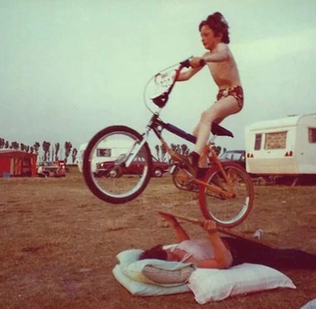 """""""Fotka je iz osamdesetih. Mama je legla na travu, držala dasku i bila rampa za moj novi BMX."""""""