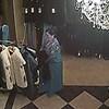 Nadzorna kamera je snimila stariju ženu koja je na bizaran način krala skupu odjeću