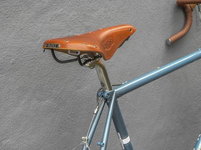 Zalijepite malo ljepljive trake na sjedalu bicikla. Lopovi vjerojatno neće biti zainteresirani nakon toga.