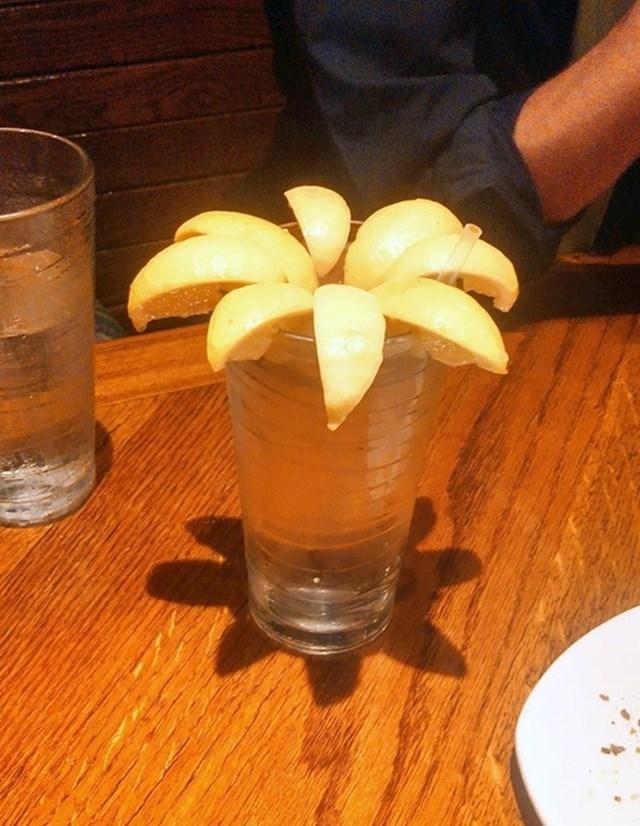"""""""Moj prijatelj je rekao da nije dobio dovoljno limuna u svom piću pa mu je konobar donio ovo."""""""
