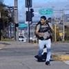 Ulični zabavljač je svojim genijalnim kostimom zabavio vozače dok čekaju na semaforu