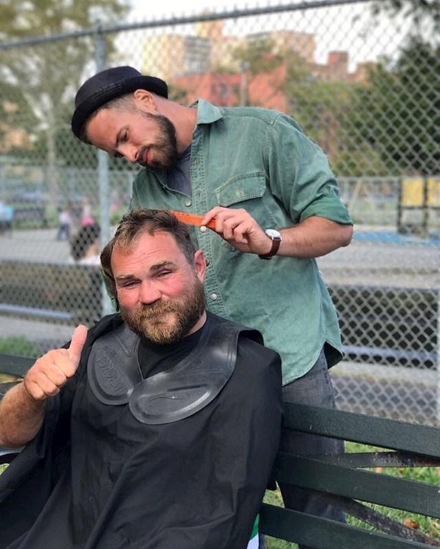 Frizer Joshua Coombes besplatno šiša beskućnike.