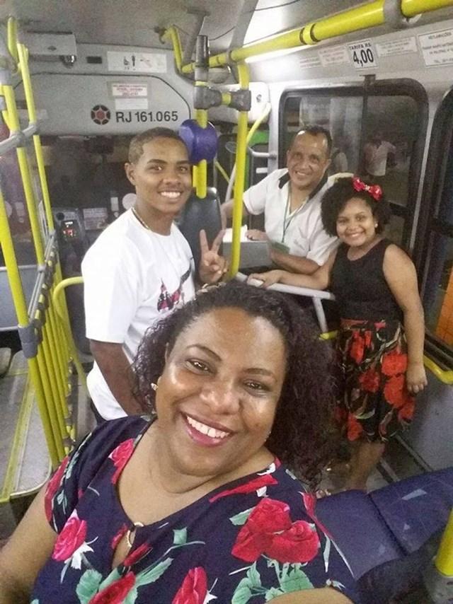 Kondukter u autobusu morao je raditi za Novu godinu pa je njegova obitelj odlučila doći na doček kod njega.