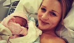 Mama je rodila svoju malu djevojčicu, a onda su se začudili kad su joj otvorili usta
