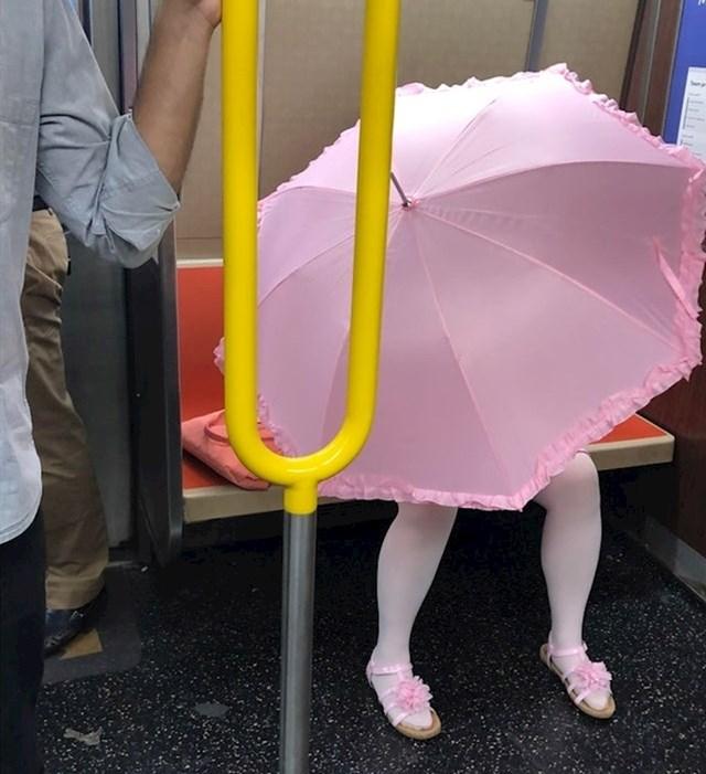 Djevojčica je govorila da joj treba privatnog prostora. Evo kako se vozila javnim prijevozom.