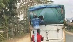 Dok se vozio iza kamiona, čovjek je snimio jako čudnu scenu