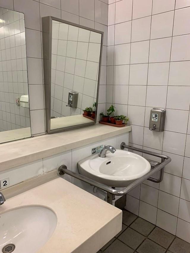 Ovaj javni zahod ima nakošeno ogledalo za osobe u invalidskim kolicima.