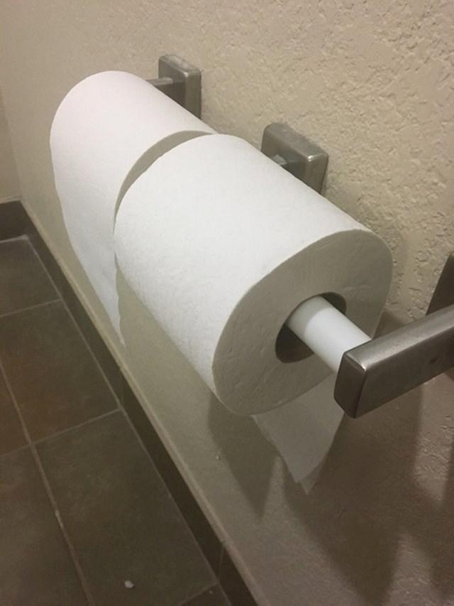 Kako vi okrećete role WC papira? Ovaj hotel u hotelskim kupaonicama ima 2 suprotno okrenute role WC papira, tako da svatko bude zadovoljan.
