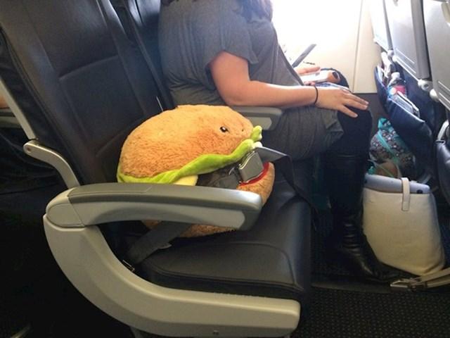 Kupio je kartu svom plišanom burgeru...