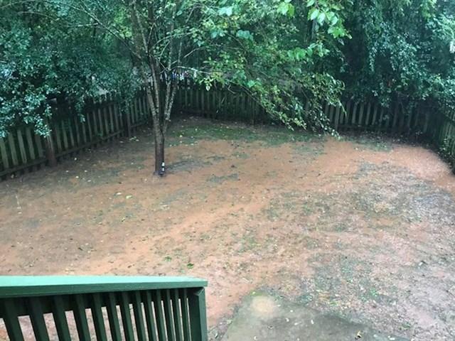 """""""Padala je jaka kiša, a moje dvorište se pretvorilo u blatnjavu močvaru."""""""