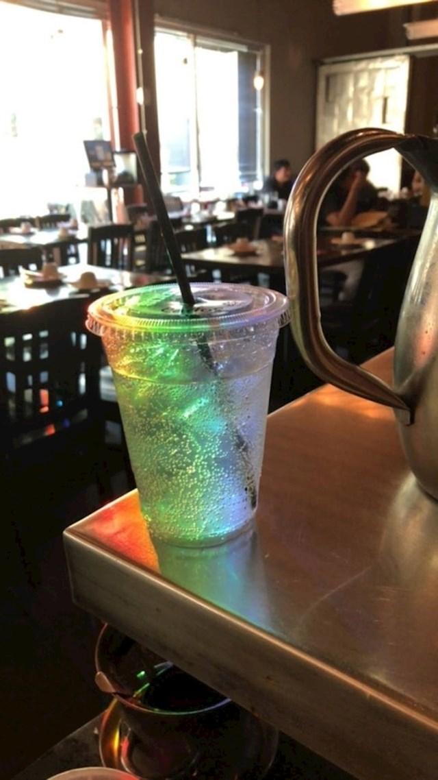 Svjetlost se lomila i stvorila dugu u čaši...
