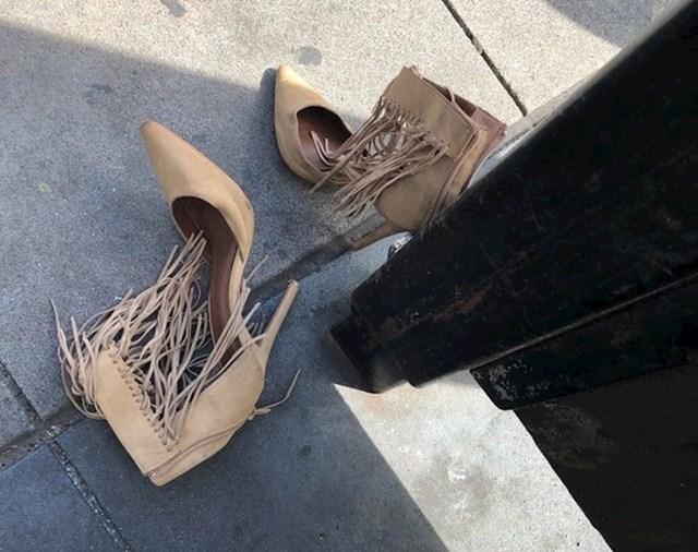 """""""Zanima me zašto je netko ostavio ove cipele na autobusnoj stanici."""""""