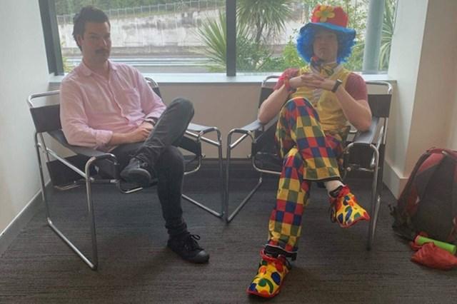 Znao je da će dobiti otkaz na poslu pa je tog dana poveo klauna sa sobom kako bi mu popravio raspoloženje.