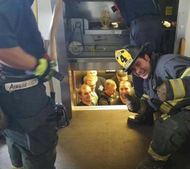 Vatrogasci su spašavali policajce koji su ostali zatvoreni u liftu.
