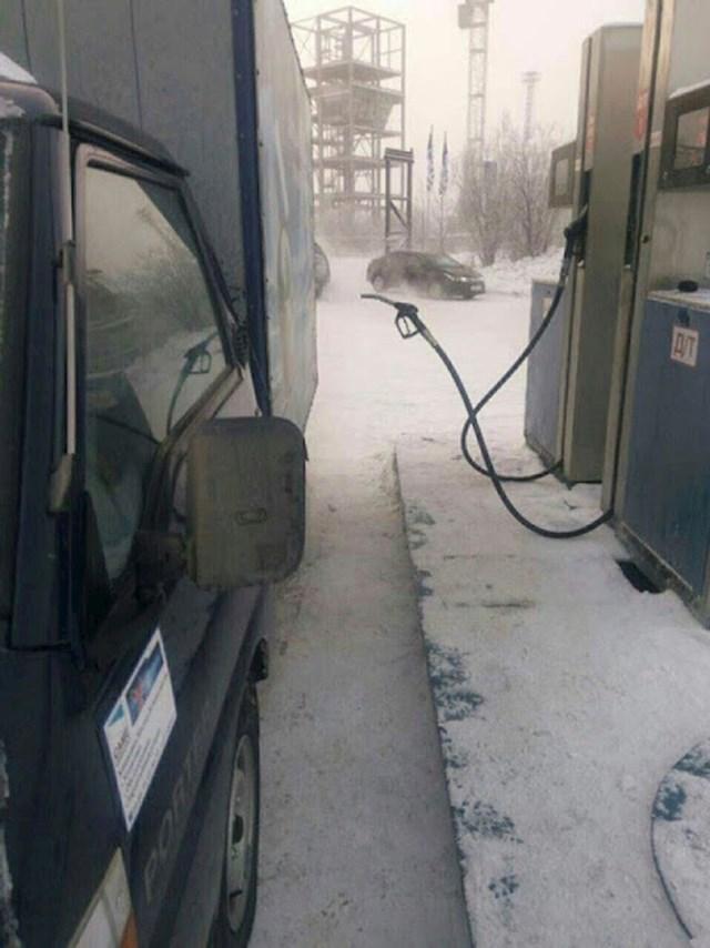Ono kad ti nevidljivi radnik toči gorivo na benzinskoj postaji... 😀