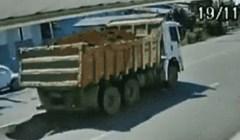 Nadzorna kamera snimila je šokantan prizor na cesti, pogledajte što se dogodilo kad je prošao kamion