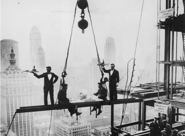 Posluživanje radnika na čeličnoj konstrukciji nebodera, New York, 14. studenog 1930.