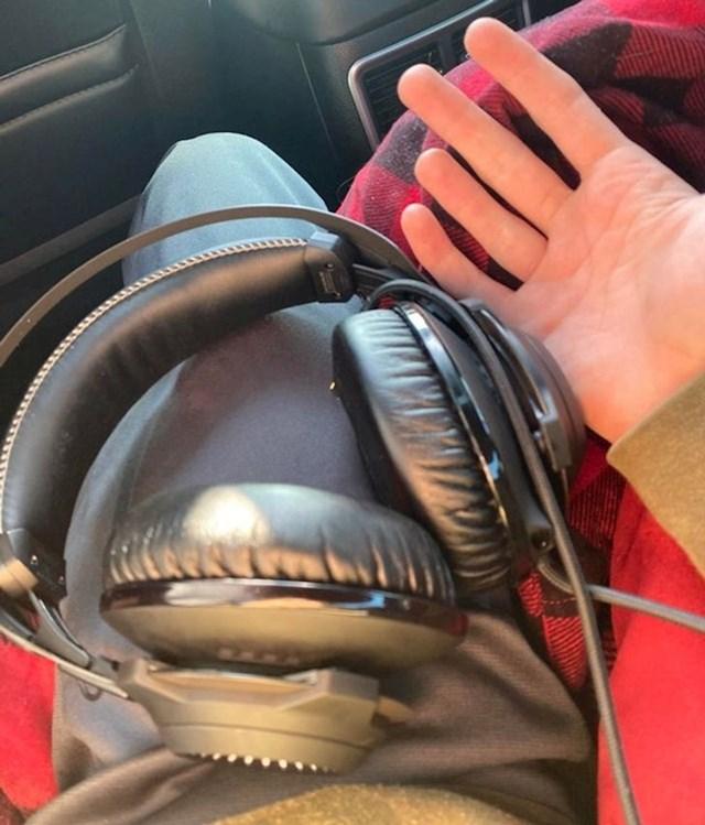"""""""Ponio sam svoje velike slušalice za put, no onda sam se sjetio da moj novi mobitel nema klasični utor za slušalice."""""""